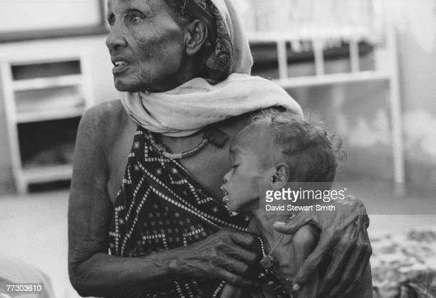 Woman and sick child in Benadir Hospital, Mogadishu, during the civil war in Somalia, January 1992.