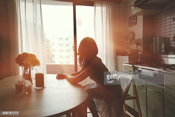 woman and sunset - alleen volwassenen stockfoto's en -beelden
