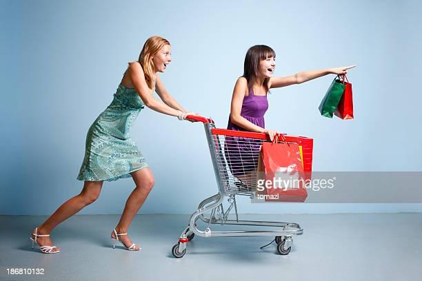 Frau und teen Mädchen in Einkaufswagen Aktion