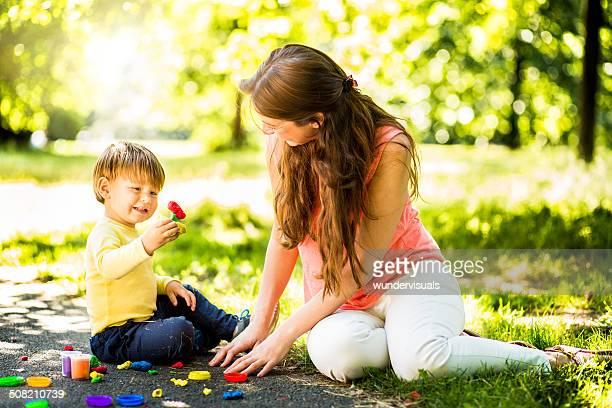 女性と幼児プレイ生地を使用し