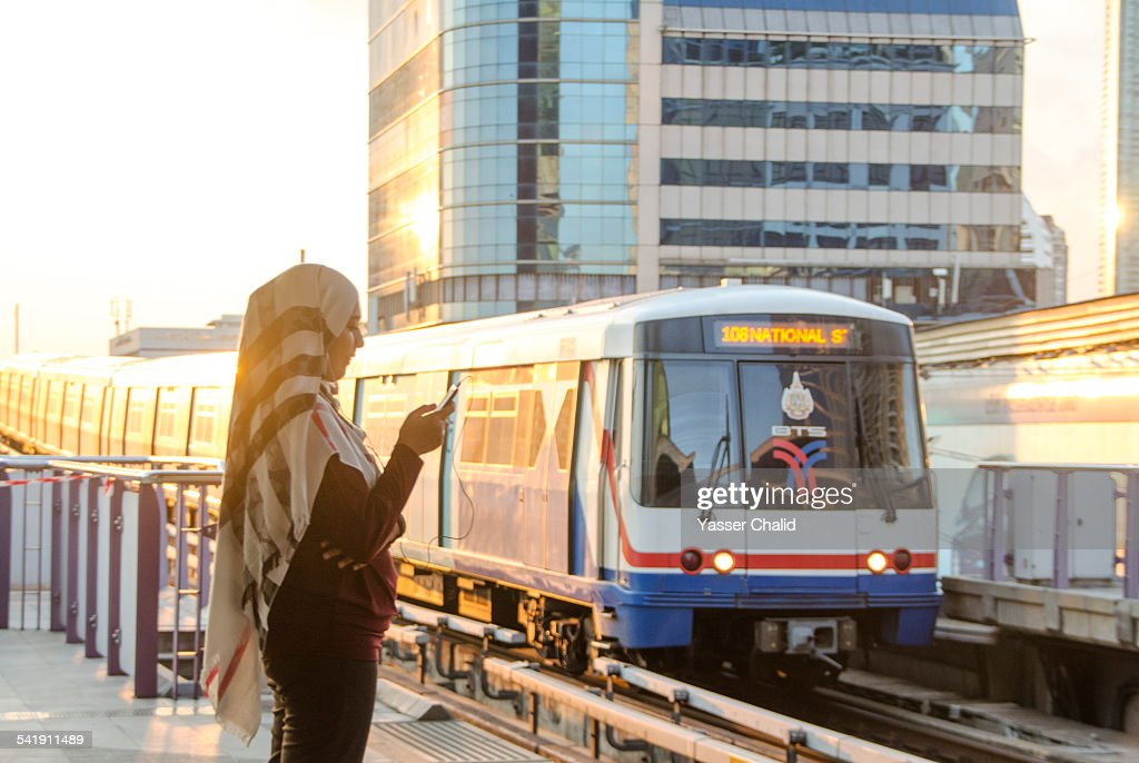Woman and train : Foto de stock
