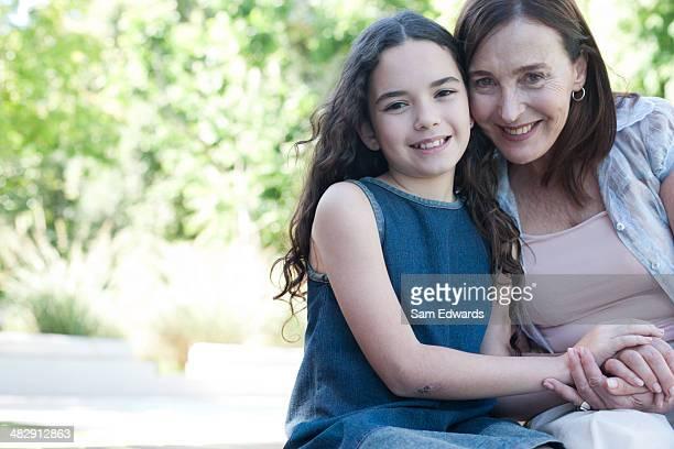 若い女性と少女の笑顔の屋外