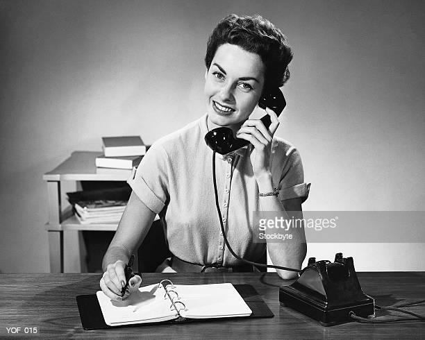 donna di rispondere a telefono - donna mezzo busto bianco e nero foto e immagini stock