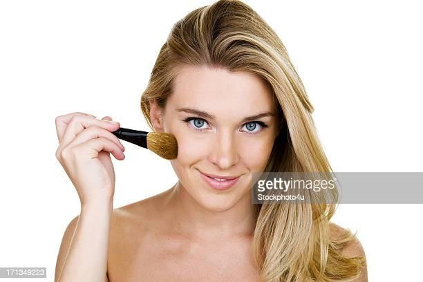 Mujer aplicar colorete