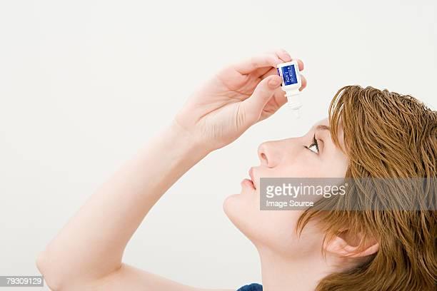 Eine Frau benutzt Auge fallen