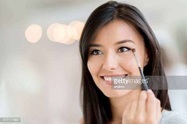 mulher de maquiagem olho aplicando - sombra maquiagem de olho - fotografias e filmes do acervo