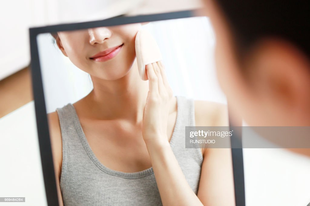 Woman applying face powder : Stock-Foto