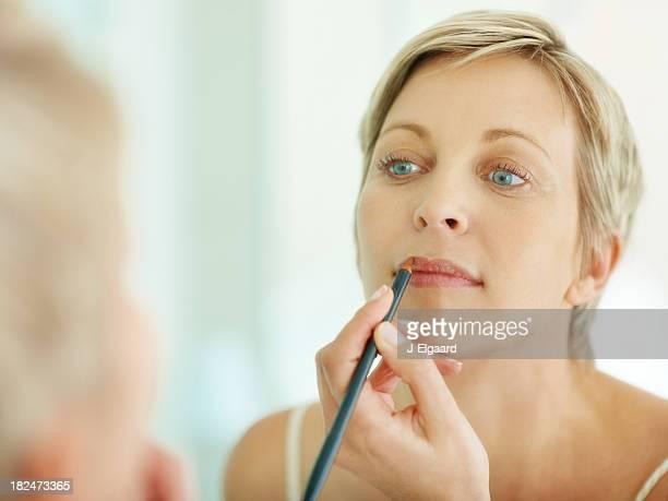 Woman Anwendung Make-up Blick in den Spiegel