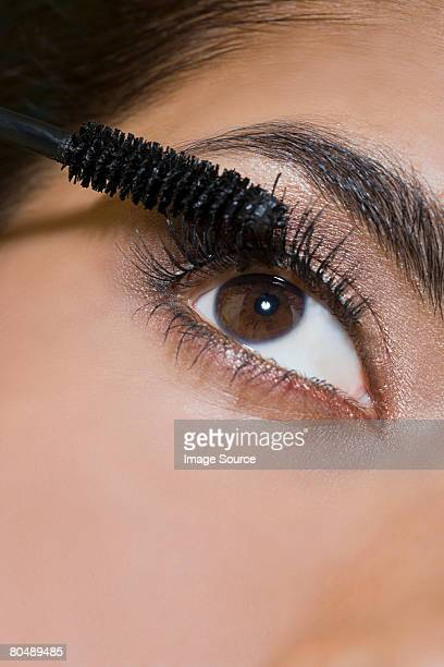 Femme application de mascara