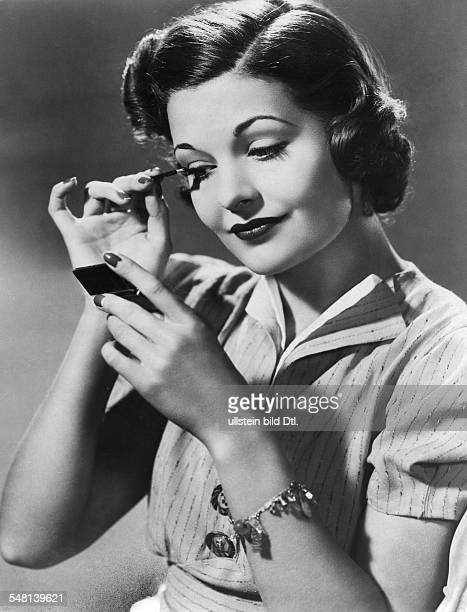 Woman applying mascara - undated - Vintage property of ullstein bild