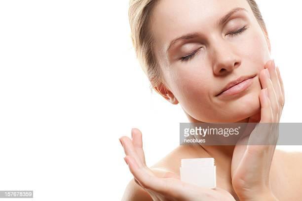 女性は保湿クリームを与えます。