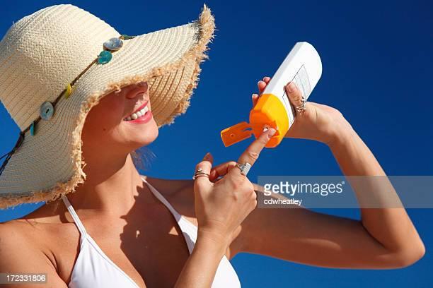 Mujer aplicar sunblock