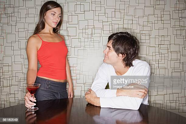 女性にお越しの男性のバー - 接近する ストックフォトと画像