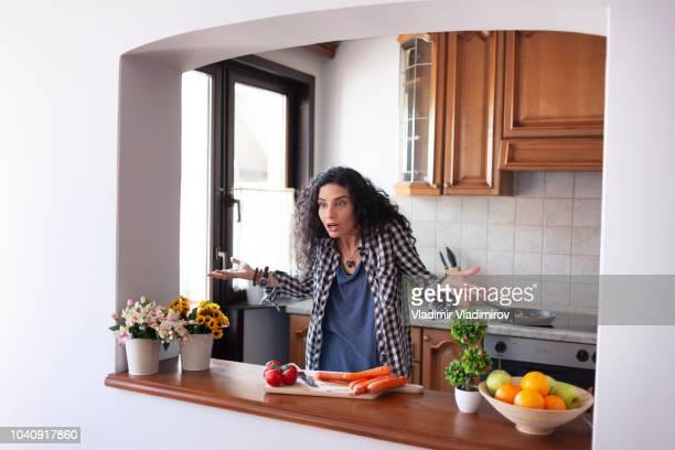 woman arguring at home - esposa imagens e fotografias de stock