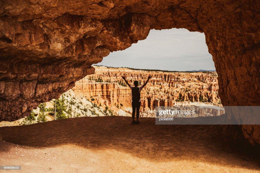Frau Arm gehoben im Bryce Canyon National Park : Stock-Foto