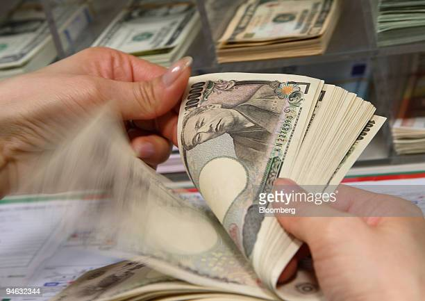 A woman arranges Japanese currency at the World Currency Shop in Tokyo Japan on Wednesday December 20 2006 The yen snapped a threeday rally against...