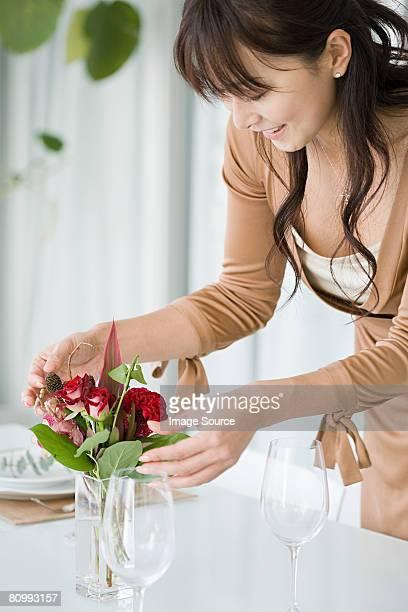 Frau arrangieren Blumen