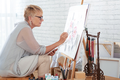 Woman artist painting a picture 1146027306