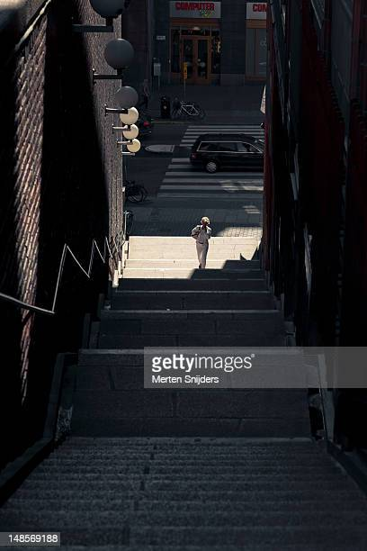 woman ascending stairway up to malmskillnadsgatan from kungsgatan. - merten snijders stockfoto's en -beelden