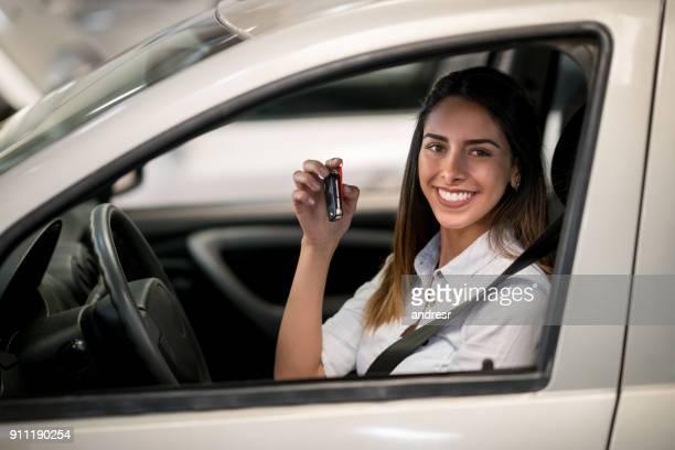 mulher em uma concessionária de carros prontopara para um test drive - aluguel de carro - fotografias e filmes do acervo