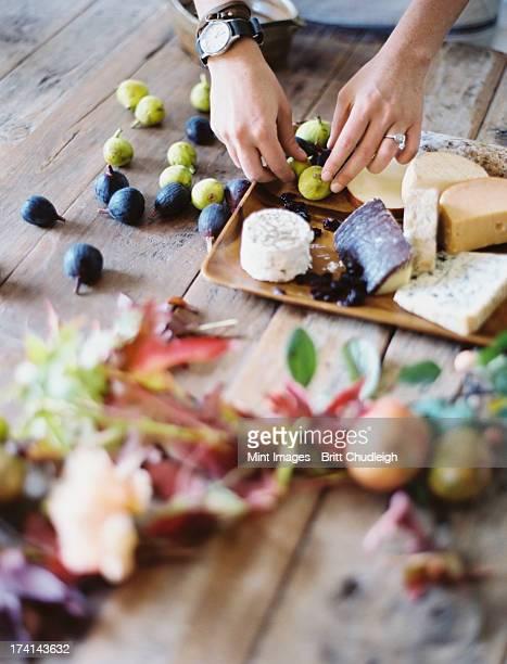 Eine Frau in einem domestic kitchen table. Organisation von Frische