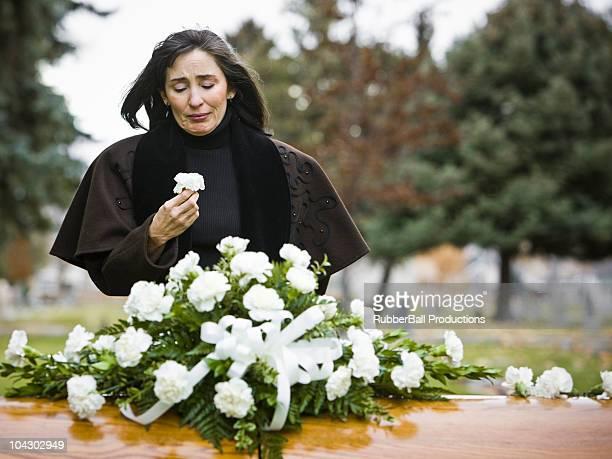 Frau in einer Beerdigung