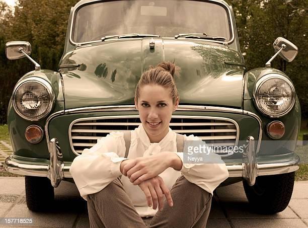 Femme dans une voiture ancienne
