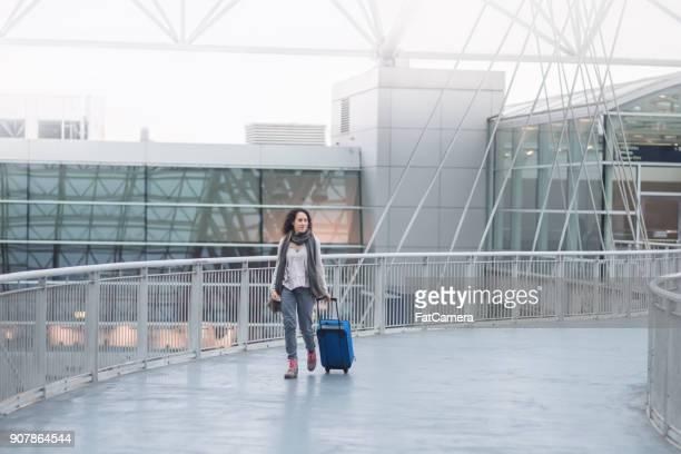 女性で空港 - 歩道橋 ストックフォトと画像