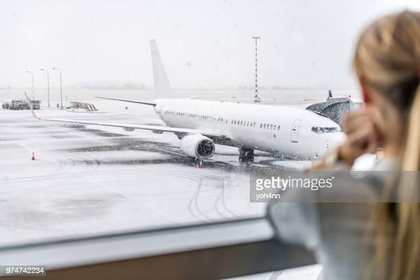 女性で空港 - 取り消し ストックフォトと画像