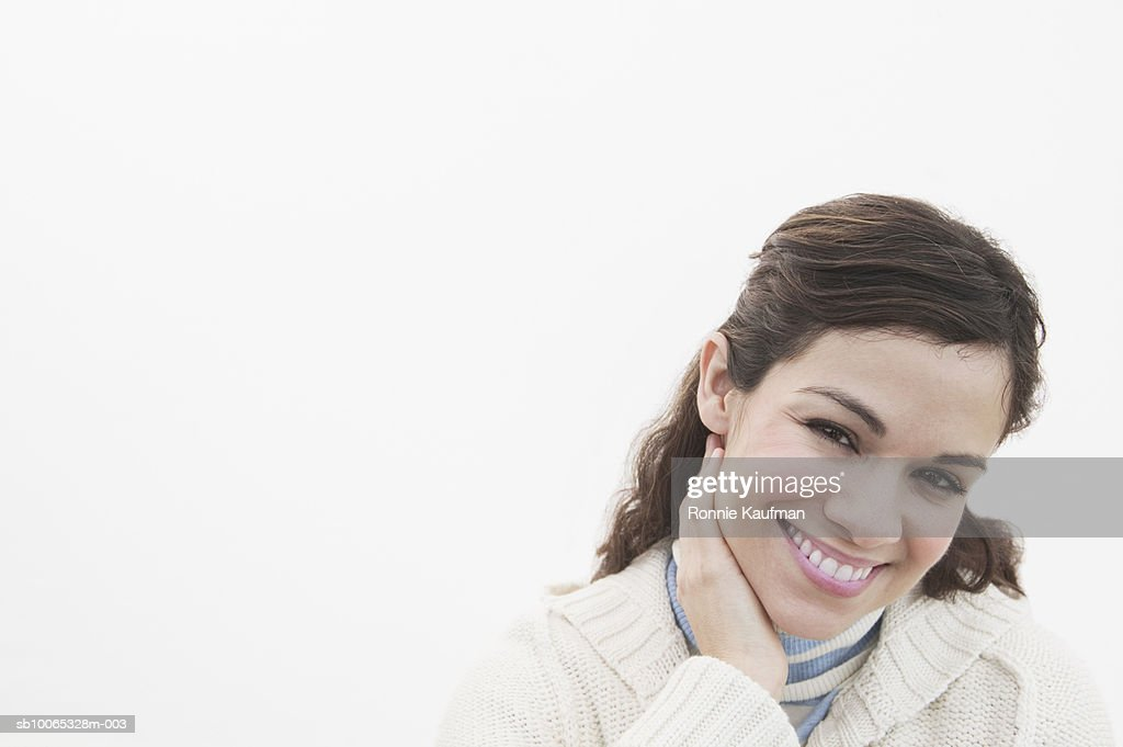 Woman at beach, smiling, close-up : Foto stock