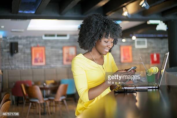 カフェで女性