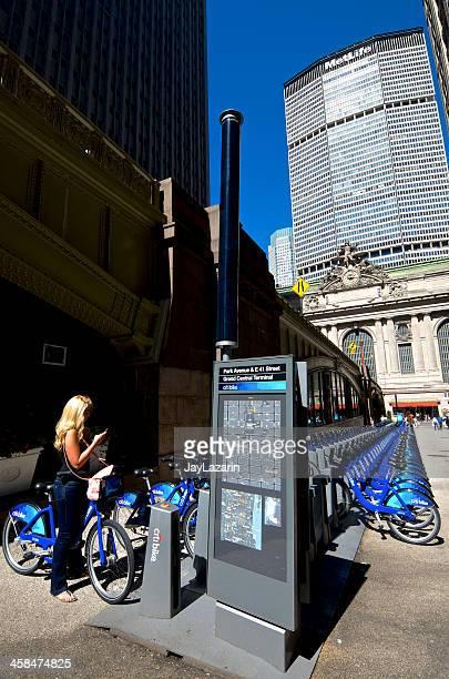 Mujer en bicicleta de Citi la estación Grand Central Terminal, ciudad de Nueva York, Midtown
