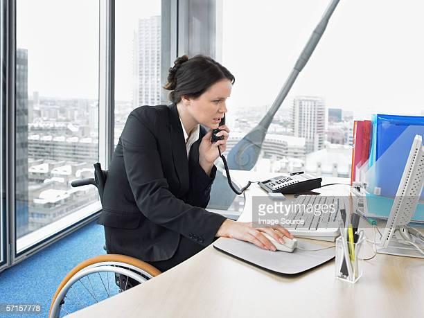Femme au bureau sur le téléphone
