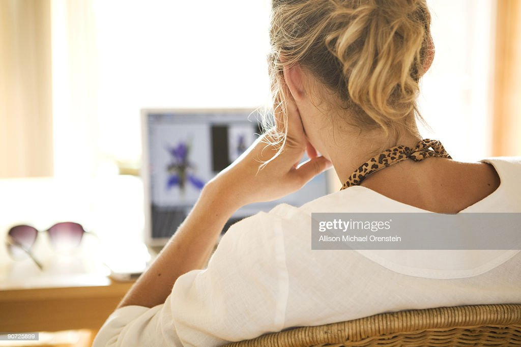 Woman at her laptop : Foto de stock