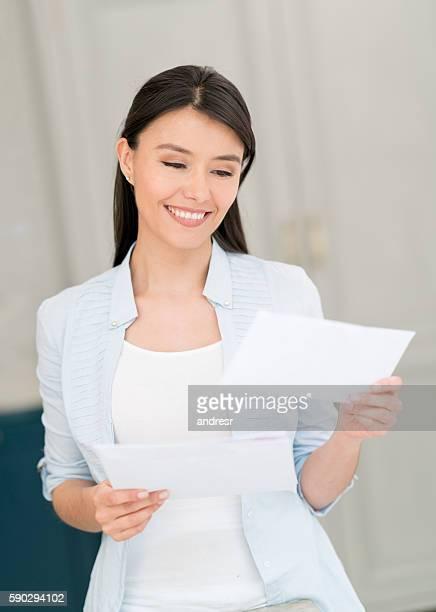 woman at home getting the mail - correio correspondência - fotografias e filmes do acervo