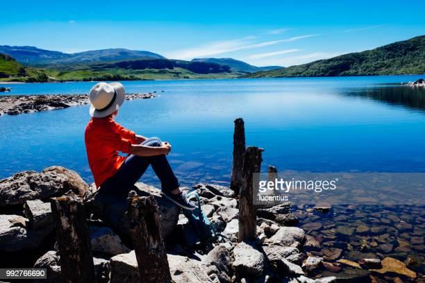 Femme au Loch Assynt, Sutherland, Écosse