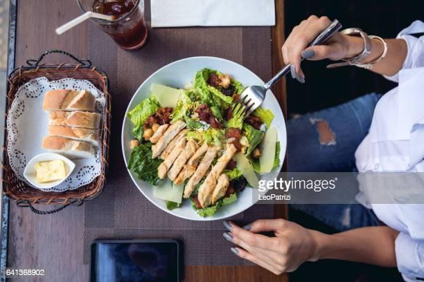 woman at lunch break sitting in outdoor restaurant bar - pranzo foto e immagini stock