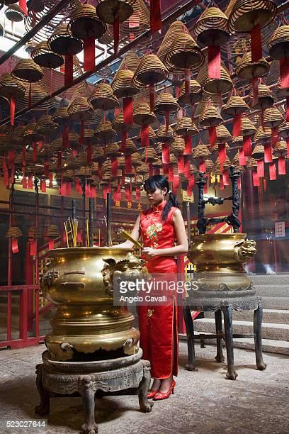 woman at man mo temple in hong kong - man motempel stockfoto's en -beelden