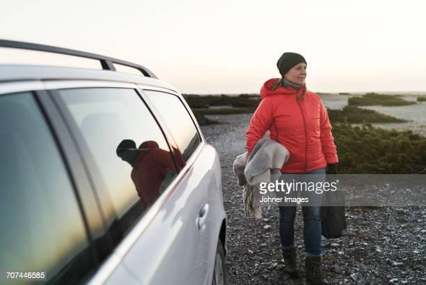woman at sea near car - veículo terrestre pessoal - fotografias e filmes do acervo