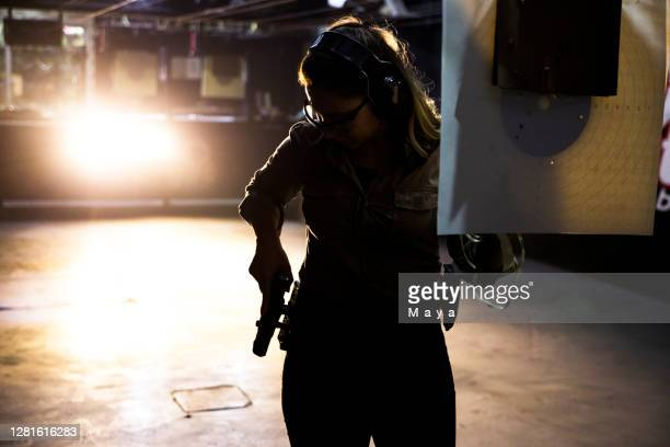 woman at shooting range - objetivo militar imagens e fotografias de stock
