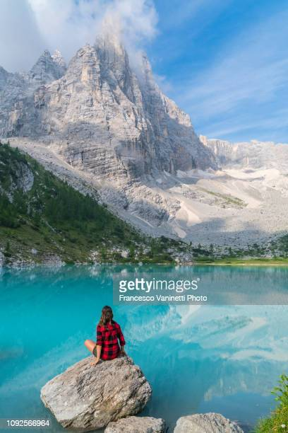 woman at sorapis lake, dolomites. - unesco stockfoto's en -beelden