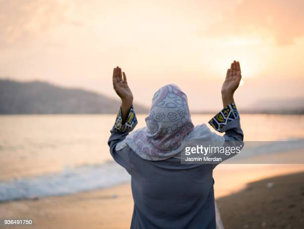 woman at sunset on beach - jasmin lord stock-fotos und bilder