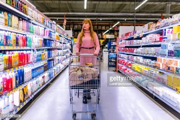 mujer en el supermercado - henri coste fotografías e imágenes de stock