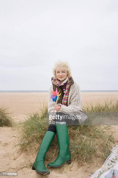 eine frau am strand - gummistiefel frau stock-fotos und bilder