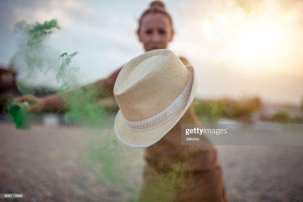 Frau am Strand mit Rauchbombe : Stock-Foto