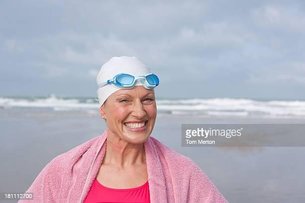 Frau am Strand in ein Handtuch gewickelt