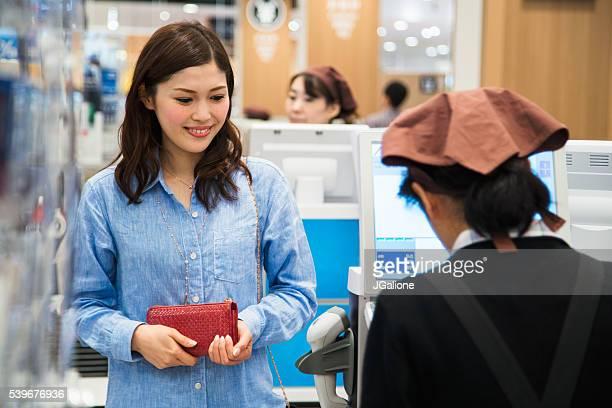 女性のチェックアウト延期には、スーパーマーケット