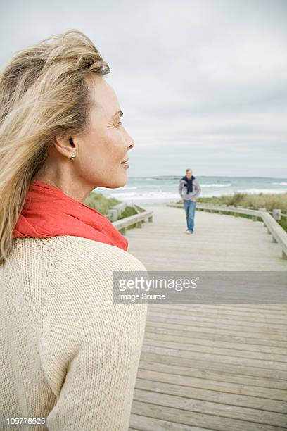 Frau an die Küste