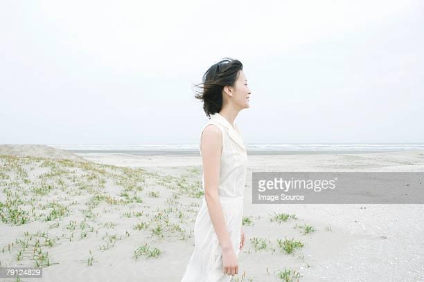 女性の海岸