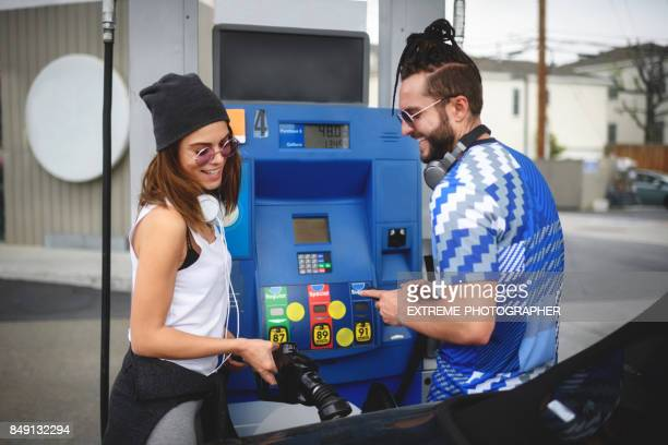 Frau an der Tankstelle